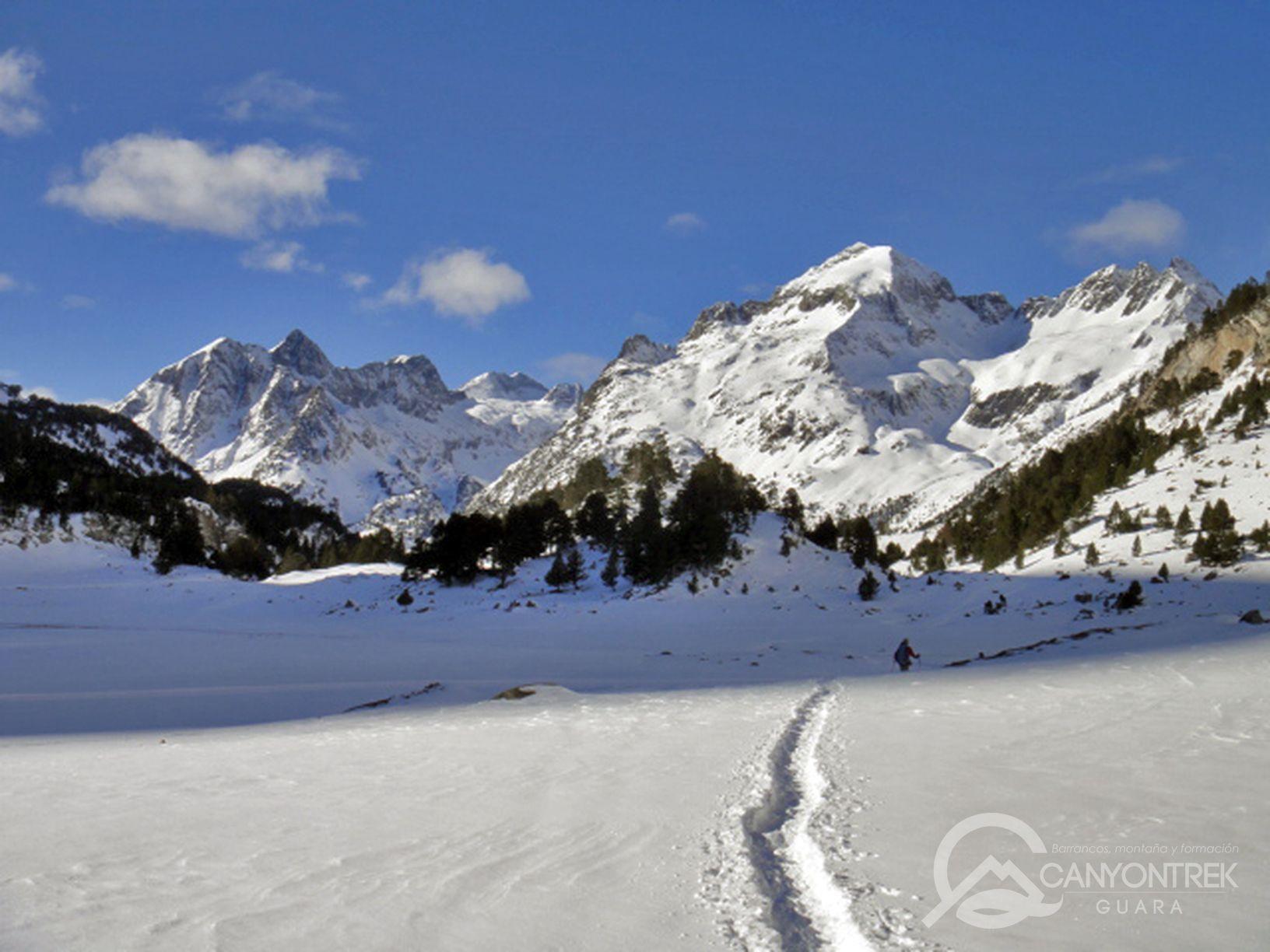 raquetas-de-nieve-pirineos-canyontrekguara-guias-de-montaña-benasque-ordesa13