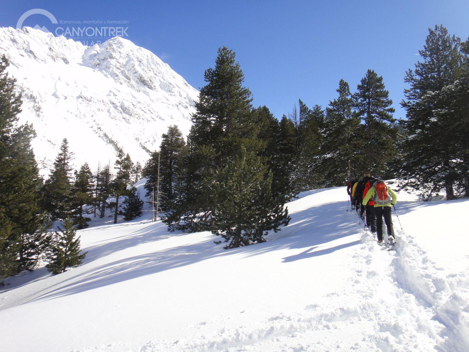raquetas-de-nieve-pirineos-canyontrekguara-guias-de-montaña-benasque-ordesa7