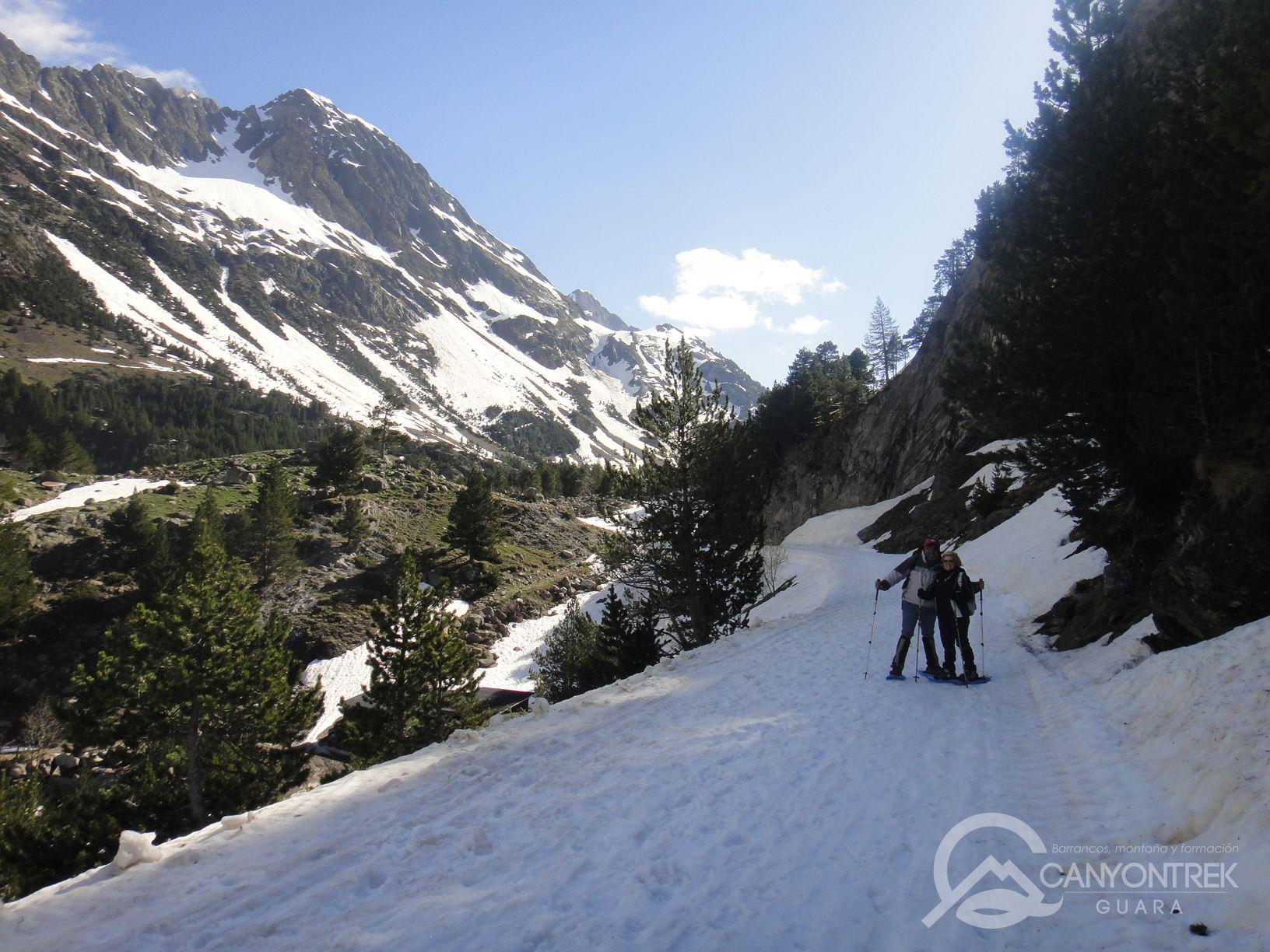 raquetas-de-nieve-pirineos-canyontrekguara-guias-de-montaña-benasque-ordesa9