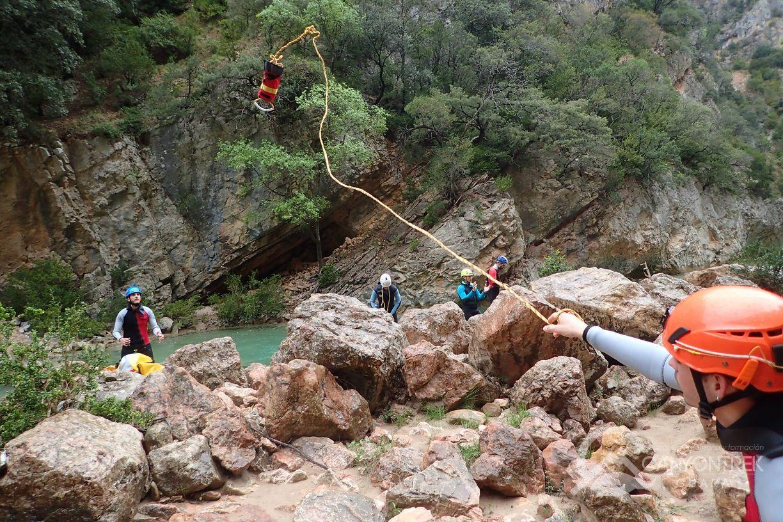 Lanzamiento de cuerda en río